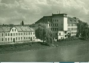Břeclav - Smetanovo nábřeží, střední ekonomická škola - pohlednice, foto M. Sukup
